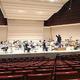 2メートルの間隔をとると舞台は弦楽器だけでいっぱいに。響きもまとまりを感じにくい=11日、東京都台東区