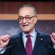 追加経済対策法案の上院可決後に会見する民主党のシューマー上院院内総務(EPA時事)
