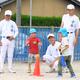 園児にボールの打ち方を教える米子東の部員たち=2019年5月27日午後2時45分、鳥取県米子市榎原