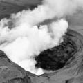阿蘇山の中岳第1火口からもうもうと噴き上がる煙=10月8日、共同