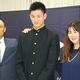 ご両親とともに写真撮影を行った阪神から指名を受けた横浜・及川雅貴(中央)【写真:編集部】