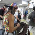 駅前や駅構内には海外からの観光客がいっぱい(写真撮影/吉村智