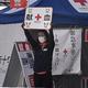 駅前で献血を呼びかける東京都赤十字血液センターの職員=墨田区で2021年1月19日午後1時32分、井川諒太郎撮影