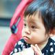 電車の中でベビーカーを見つめる息子 赤ちゃんの目を見つめながらパンをかじると…可愛いすぎる返しに癒される人が続出!
