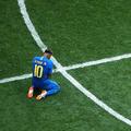 試合後は涙を流しながらピッチに崩れ落ちたネイマール【写真:Ge