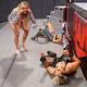 アスカ(奥)はリアと王座奪還戦に臨むも、シャーロット(左)の乱入で無効試合となった(©2021-WWE,-Inc.-All-Rights-Reserved.)