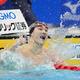 男子200メートル平泳ぎ決勝、優勝し水面を叩いて喜ぶ佐藤翔馬=東京アクアティクスセンター(撮影・恵守乾)
