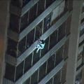 19階建て火災から壁伝いに降りる01