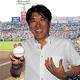 球場で試合を観戦する石橋貴明さん=阪神甲子園球場、江口和貴撮影