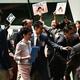 香港の立法会で、民主派議員らによる妨害を受けて施政方針演説を中断し、議場を後にする林鄭月娥(キャリー・ラム)行政長官(左から2人目、2019年10月16日撮影)。(c)Anthony WALLACE / AFP