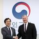 8月に韓国で会った李度勲韓半島平和交渉本部長(左)とビーガン北朝鮮担当特別代表[写真 共同取材団]
