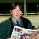 1999年3月、移動中に本紙を読んで情報収集?の松井氏