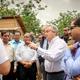 昨年7月、バングラデシュ・コックスバザールに設けられた施設で難民らと会う国連のグテーレス事務総長(中央)=国連提供