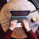 スタバでMacBookを広げて仕事する「意識高い系」は見栄の塊か