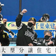 4回にソロを放った柳田悠岐(左)は小久保ヘッドコーチ(中)、工藤公康監督(右)に迎えられた