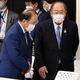 組織委の理事会を前に、言葉を交わす武藤事務総長(左)と御手洗名誉会長