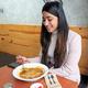 日本のカレーを食べるインド人=グルガオン、奈良部健撮影