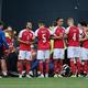 エリクセンを隠すように取り囲むデンマークの選手たち