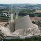 ドイツ西部コブレンツ近郊で、ミュールハイム・ケルリヒ原子力発電所の冷却塔が、管理された解体手順に沿って取り壊される様子(2019年8月9日撮影)。(c)AFP=時事/AFPBB News