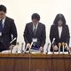 記者会見で謝罪する神戸市立東須磨小学校の仁王美貴校長(右端)ら(10月9日撮影) Photo:JIJI