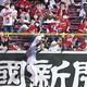3回、広島・坂倉の放った打球を、フェンスにぶつかりながら捕球する阪神・近本(撮影・北村雅宏)