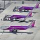 駐機場に並ぶピーチ・アビエーション機=関西国際空港で2016年11月25日、本社ヘリから幾島健太郎撮影