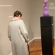 孫の作品を美術館で目の当たりにして涙するおばあちゃん【映像】