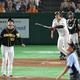 4回1死一塁、高橋遥(左)から逆転2ランを放つ岡本(撮影・木村 揚輔)