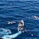 スペイン南部マラガ沖で、警察から追跡された後、容疑者らが乗ったモーターボートの周りに漂うハシシの包み。スペイン治安警察提供(2019年10月4日提供)。(c)AFP=時事/AFPBB News
