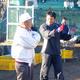 2006年、自主トレで恩師の木内氏と話す巨人・仁志