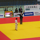 男子60キロ級決勝で、電光掲示板の操作ミスにより一本取り消しの判定をする主審と、ジュリーの方を見守る小西(左)と米村