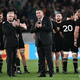 ラグビーW杯日本大会・準々決勝、ニュージーランド対アイルランド。勝利を喜ぶニュージーランドのスティーブ・ハンセンHC(中央右、2019年10月19日撮影)。(c)Anne-Christine POUJOULAT/ AFP