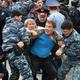 カザフスタンの首都ヌルスルタン(旧アスタナ)で、抗議デモを行った野党支持者を拘束する警官(2019年6月9日撮影)。(c)VYACHESLAV OSELEDKO / AFP
