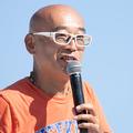 写真は、トークイベントのMCを務めたピストン西澤