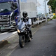 朝の渋滞回避にバイクが歩道を走行か 警察が対応もやめず