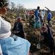 南アフリカ・クワズールー・ナタール州のクワフラティ村で、謎の石の「ダイヤモンドラッシュ」に沸く人たち(2021年6月15日撮影)。(c)Phill Magakoe / AFP