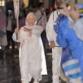 104歳、現役理容師の箱石シツイさんは、雨のなか笑顔で聖火を繋