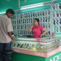 中古端末だけを販売する簡素な店はアジア各国でよく見かける