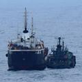 東シナ海で海上自衛隊が撮影した「瀬取り」。船籍不明の小型船が