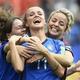 女子サッカーW杯フランス大会、グループC、オーストラリア対イタリア。チームメートと勝利を喜ぶイタリアのバルバラ・ボナンセア(中央、2019年6月9日撮影)。(c)FRANCOIS LO PRESTI / AFP