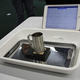 カップを置いたデモ機(下)から温度や湿度の情報を後方の端末に送信