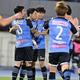 仙台戦で開始3分にゴールを奪った小林(写真中央)。ゲームは2-2のドローとなったが、復帰戦での得点をチームメイトから祝福された。(C)SOCCER DIGEST