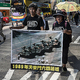 香港で、中国・天安門事件の「戦車男」のポスターを掲げながら歩くデモ参加者たち(2017年5月28日撮影)。(c)DALE DE LA REY / AFP
