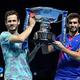 男子テニス、ATPファイナルズ8日目。トロフィーを手に記念撮影に臨むウェスリー・クールホフ(左)/ニコラ・メクティッチ組(2020年11月22日撮影)。(c)Glyn KIRK / AFP