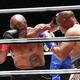 エキシビションマッチの3ラウンド、ジョーンズ氏(右)を攻めるタイソン氏(AP)