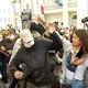 治安部隊の覆面を奪い取り……ベラルーシ反政府デモ、女性たちの反撃