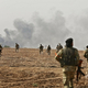 シリア北東部のクルド人支配地域に対する軍事作戦に参加し、国境を越えてシリアへ入る親トルコ派のシリア人戦闘員ら(2019年10月11日撮影)。(c)Nazeer Al-khatib / AFP