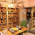 「大衆和牛酒場 コンロ家」では100種のワイン樽のほか、店舗
