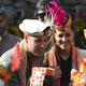 パキスタン北部チトラル地区ブンブレ谷で少数民族カラシュの人々と言葉を交わす英国のウィリアム王子(中央)と妻のキャサリン妃(2019年10月16日撮影)。(c)FAROOQ NAEEM / AFP