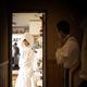 「結婚式の準備をする娘と緊張しつつ見守る父」スナップ写真が切り取ったその対比がすてき